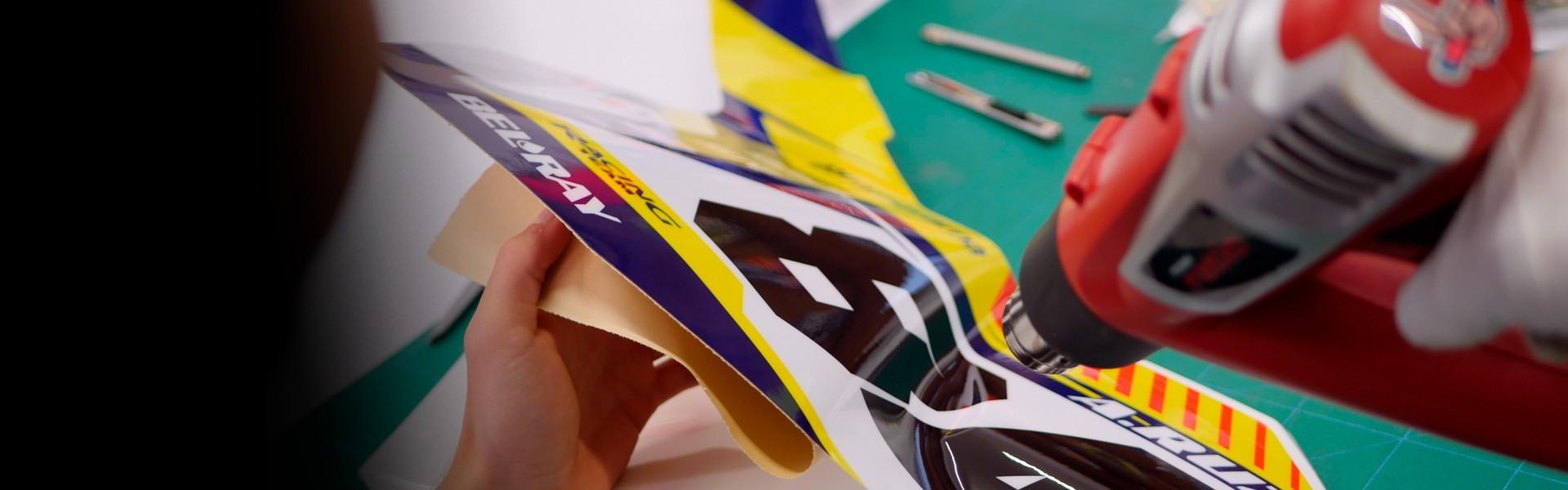 Colocación adhesivos moto